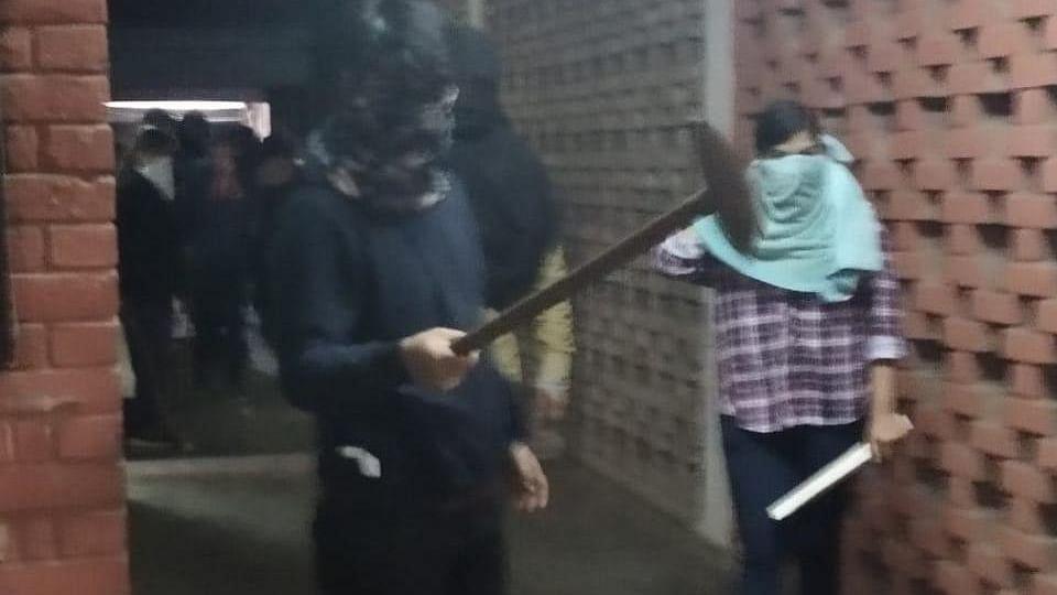 جے این یو تشدد: ایک ہفتہ بعد بھی کوئی گرفتاری نہیں، پولیس کا مزید 7 افراد کی شناخت کا دعویٰ