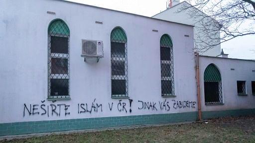 'تبلیغ کی تو قتل ہو جاؤ گے' مسجد پر اسلام مخالف نعرے تحریر