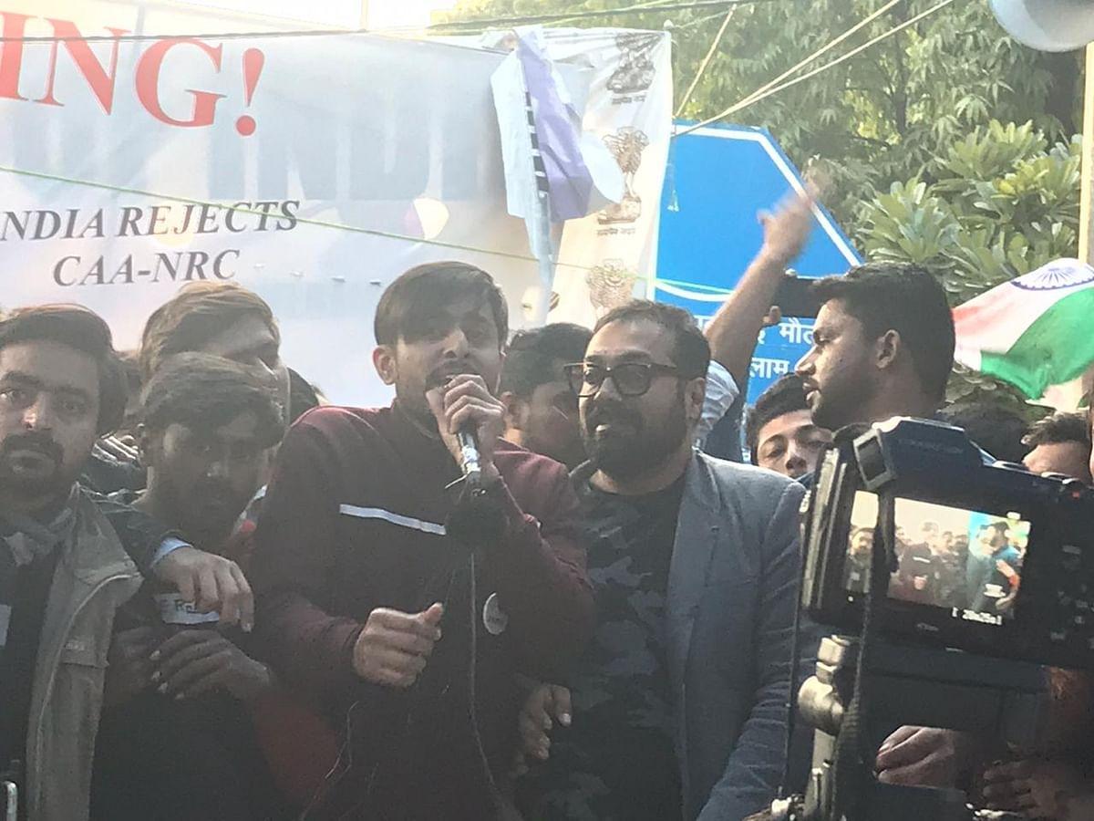 انوراگ کشیپ جامعہ میں طلباء کے مظاہرہ میں شرکت کرتے ہوئے