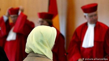 کمرہء عدالت میں ہیڈاسکارف پہننے پر پابندی جائز، جرمن دستوری عدالت