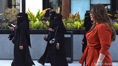 خوش ہوں کہ سگریٹ پینے کا انتخاب کر سکتی ہوں، سعودی خاتون