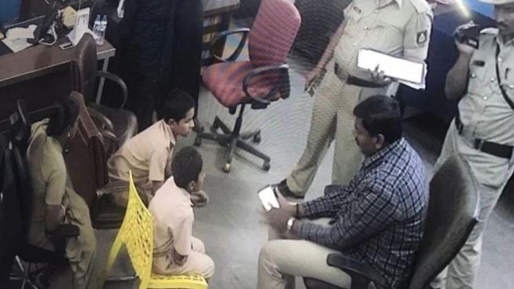 کرناٹک کے بیدر میں 'شاہین پرائمری اسکول' کے بچوں سے پوچھ تاچھ کرتی پولیس