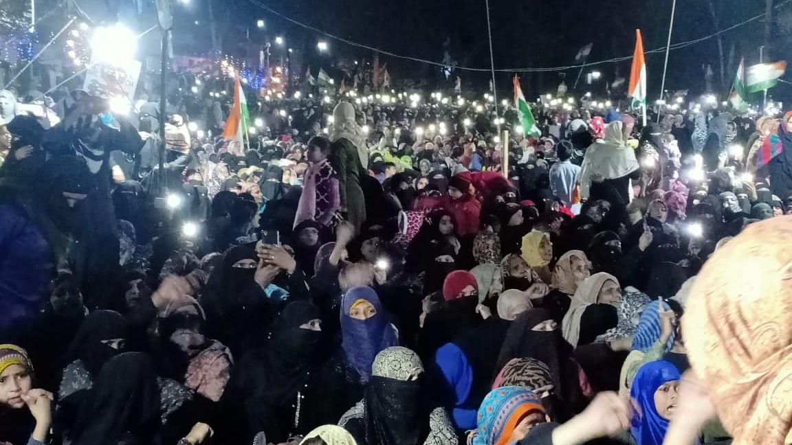 'گلا خراب ہوتا ہے تو ہو جائے، مستقبل خراب نہیں ہونے دیں گی' نعرےباز انقلابی خواتین
