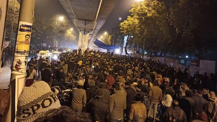 جامعہ میں دوبارہ گولی چلنے کے بعد مشتعل طلبہ کا رات بھر مظاہرہ