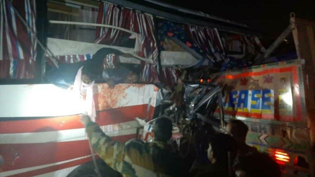 اتر پردیش: ڈبل ڈیکر بس اور ٹریلر کے درمیان زبردست ٹکر، 14 افراد ہلاک، درجنوں زخمی