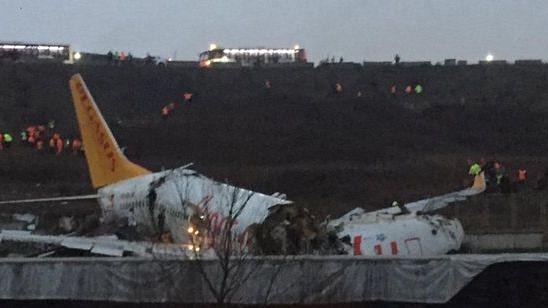 استنبول: تیز ہوا و بارش کے سبب رَنوے پر پھلسے طیارہ کے ہوئے تین ٹکڑے، 120 مسافر زخمی