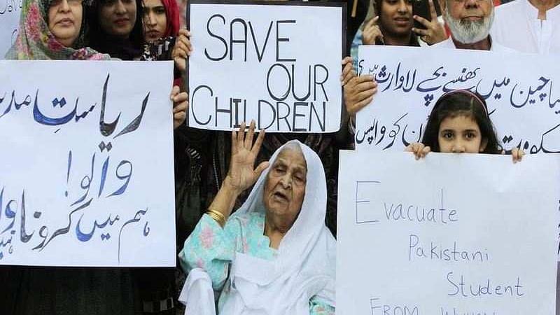 کیا عمران حکومت 'ہمارے بچوں کی موت' کی منتظر ہے، والدین کا احتجاج