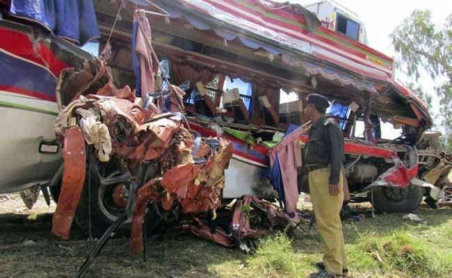 پاکستان میں دردناک بس-ٹرین حادثہ، 30 افراد ہلاک، متعدد زخمی