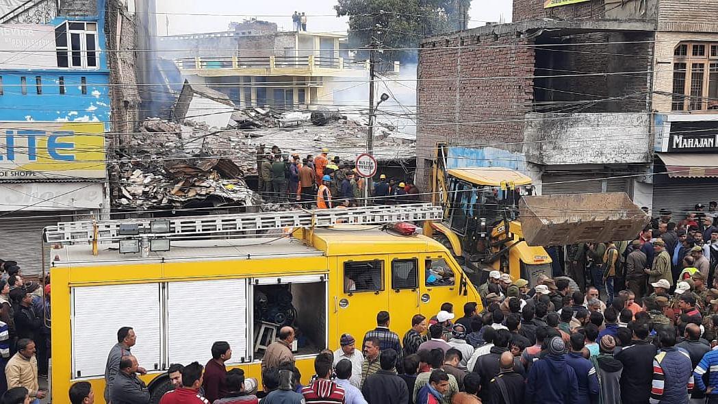 جموں میں آگ بجھانے کے دوران عمارت منہدم، 3 فائر مین جاںبحق، 8 دیگر زخمی