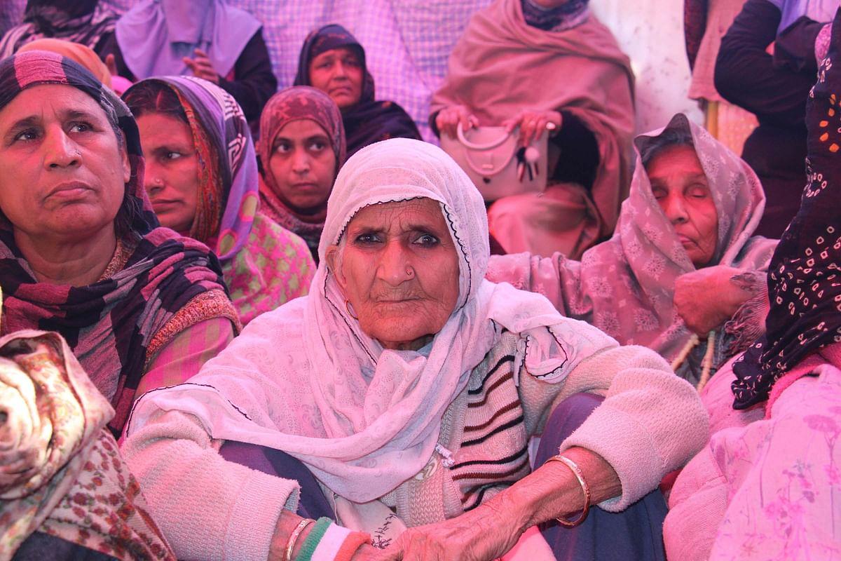 شاہین میں دھرنے پر بیٹھیں نوجوان و بزرگ خواتین / تصویر یو این آئی