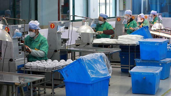 کورونا: ماسک بنانے کے لیے 150 ملازمین نے خود کو فیکٹری میں کیا 'لاک ڈاؤن'
