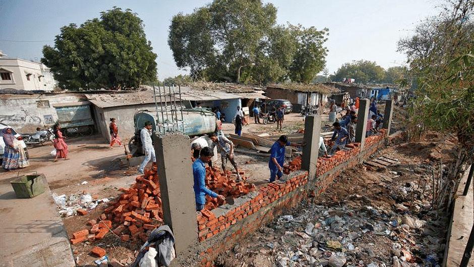احمد آباد: ٹرمپ دورہ سے پہلے بننے والی دیوار کے پاس جھگی-جھونپڑی والوں کی بھوک ہڑتال شروع