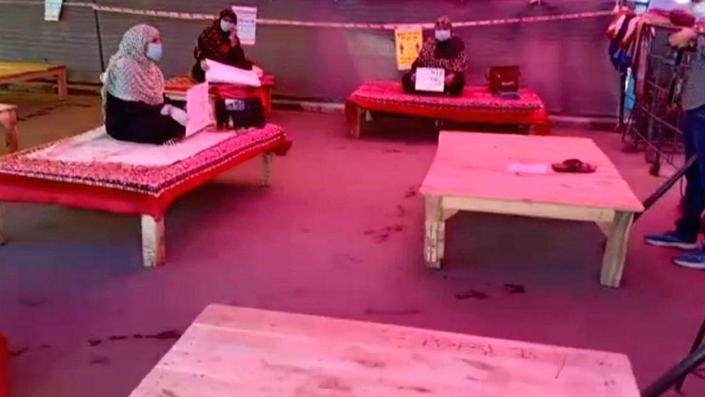 لاک ڈاؤن کے باوجود شاہین باغ تحریک جاری، الگ الگ تخت پر بیٹھی ہیں 5 خواتین
