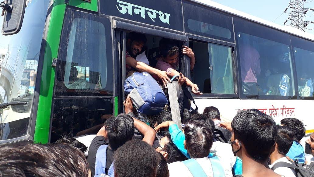 کورونا: نقل مکانی کرنے والے مزدوروں کا مسئلہ سپریم کورٹ میں، حکومت کو نوٹس جاری