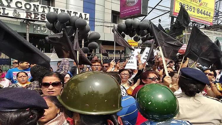 کولکاتا میں لگے 'امت شاہ گو بیک' کے نعرے، کالے جھنڈوں کے ساتھ زبردست مظاہرہ