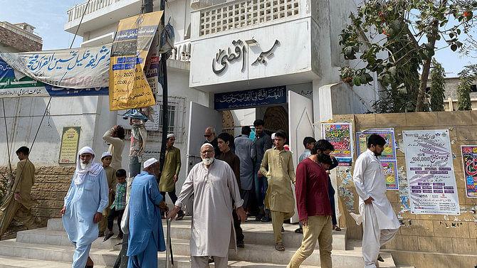 کورونا: پاکستان میں باجماعت نمازوں پر پابندی، آئمہ کی مخالفت سے  ماحول تشویشناک