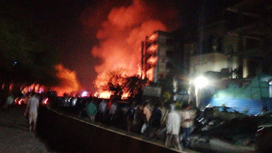 شاہین باغ کے فرنیچر مارکیٹ میں لگی زبردست آگ، فائر بریگیڈ کی تین گاڑیاں موجود