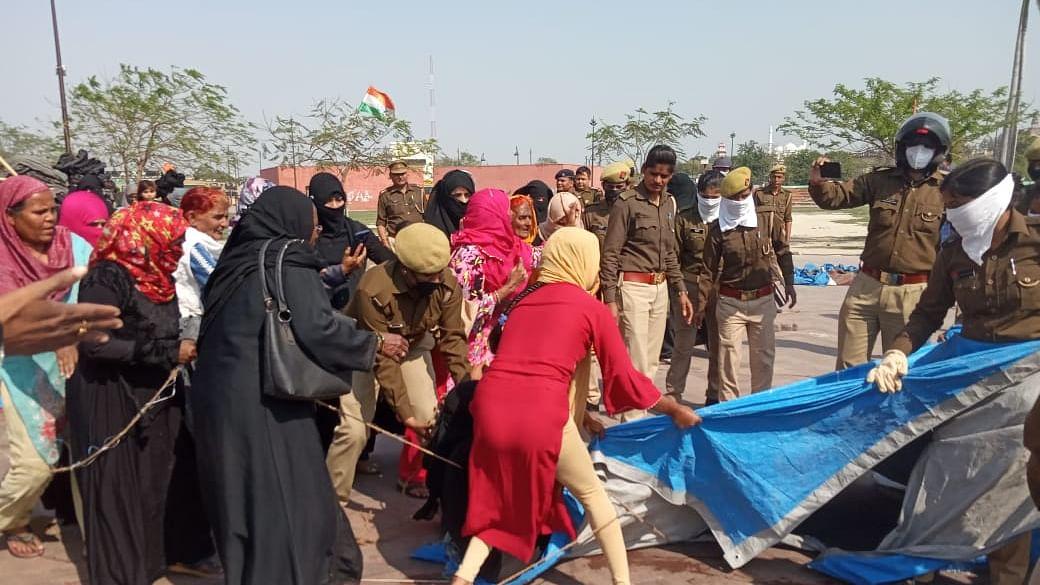 بڑی تعداد میں پولس 'گھنٹہ گھر' پہنچی، مظاہرہ ختم کرانے کی کوشش، خواتین کے ساتھ بدسلوکی