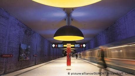 جرمنی: ریل گاڑیوں کی ٹکٹ مشینیں چاٹ کر کورونا پھیلانے والا گرفتار