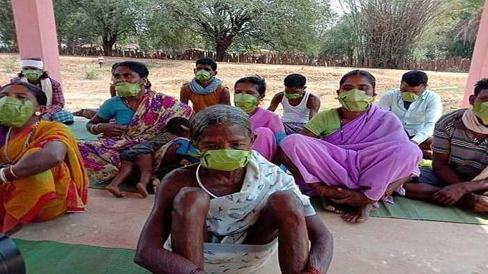 مدھیہ پردیش: بازار سے خریدنے کے لئے پیسے نہیں، آدیواسیوں نے مہوہ کے پتے کا ماسک بنایا