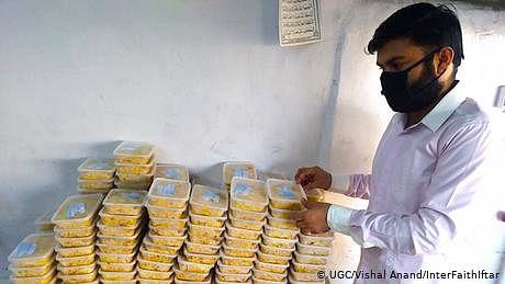 کراچی میں ہندو طلبا  افطاری تقسیم کرتے ہوئے
