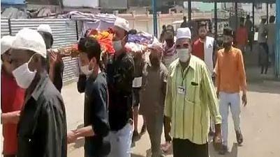 اندور کے بعد بھوپال میں بھی مسلمانوں نے پیش کی مثال، ہندو 'اَرتھی' کو دیا کندھا