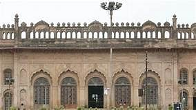 لکھنو کے شاندار امام باڑہ سبطین آباد کا پھاٹک زمیں بوس، سرکار کی دلچسپی نہیں!