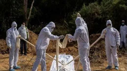 کورونا: ڈاکٹر کو دفنانے پر ہنگامہ، ڈاکٹر کی بیوہ نے نم آنکھوں سے بتائی آخری خواہش