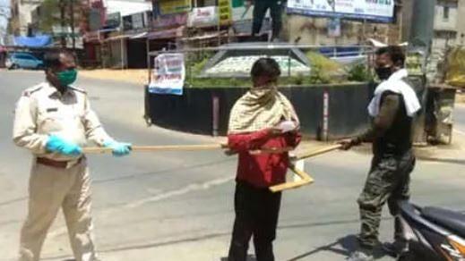 جھارکھنڈ: کھونٹی پولس کو نہیں کورونا کا ڈر، وہ جان گئے ہیں انگریزی حرف 'وائی' کی طاقت