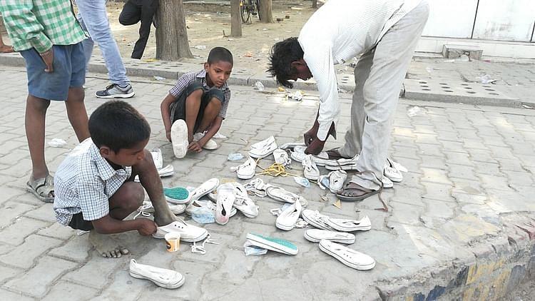مہاجر مزدوروں کے پیروں میں چھالے دیکھ پگھلا لوگوں کا من، پہنائے جوتے-چپل