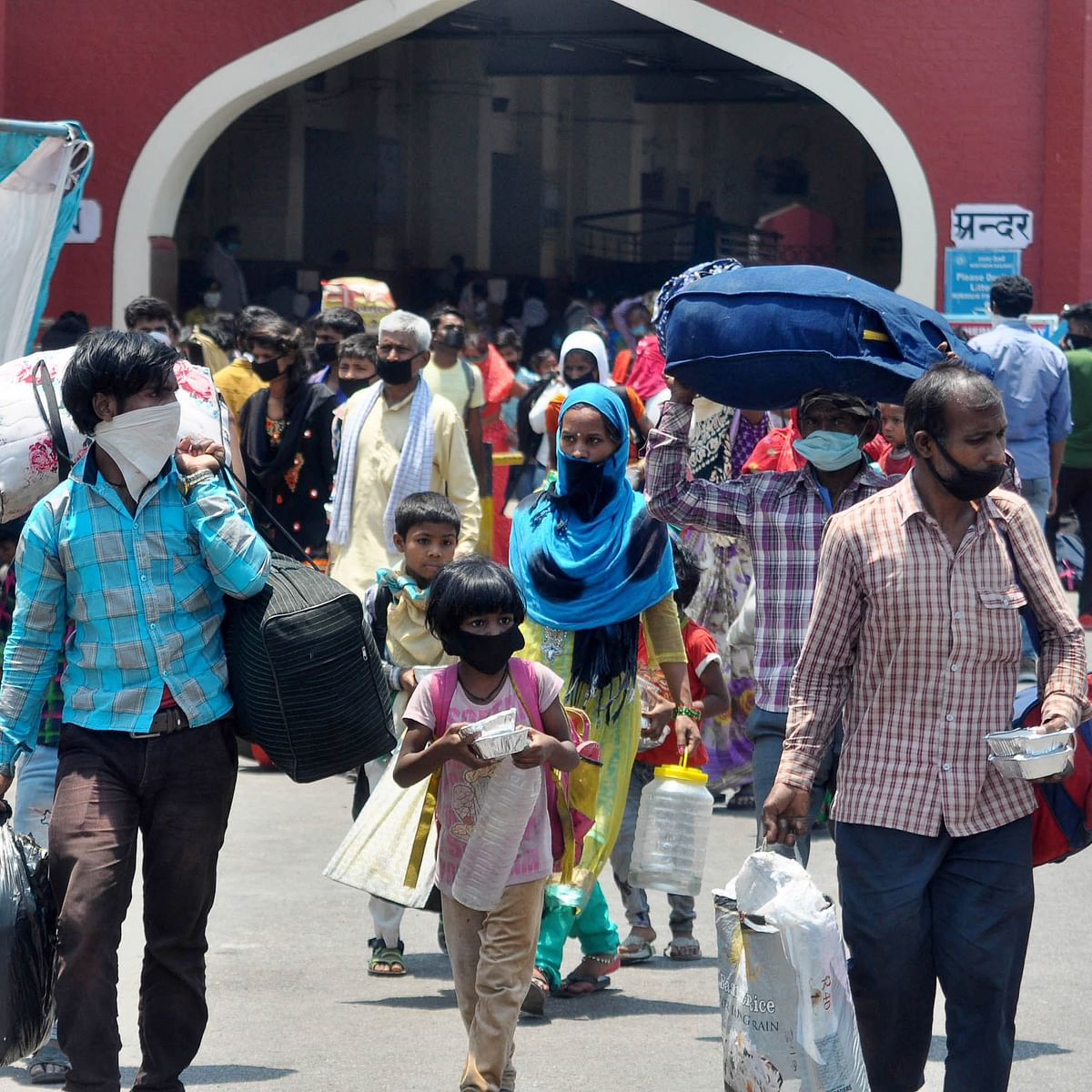 لکھنؤ کے چار باغ اسٹیشن پر مہاجر مزدور