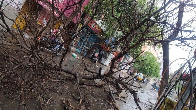 تلنگانہ: حیدرآباد و دیگر اضلاع میں تیز آندھی کے ساتھ بارش، سڑکوں پر بھرا پانی
