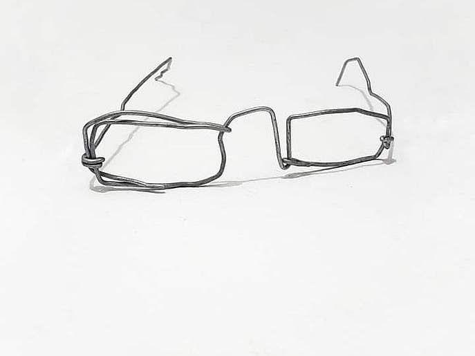 لوہے کے تاروں سے بنائی ٹیڑھی میڑھی عینک نے یمنی بچے کی قسمت بدل ڈالی