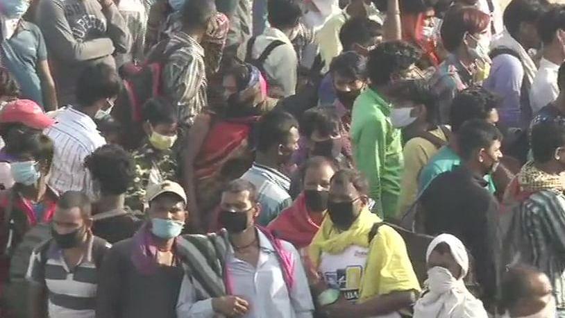 دہلی-یوپی سرحد پر مہاجر مزدوروں کا ہجوم، سی ایم یوگی کے حکم پر نہیں مل رہا داخلہ