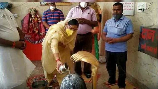 ہریانہ: بی جے پی وزیر نے لاک ڈاؤن کی خلاف ورزی کرتے ہوئے مندر میں کی پوجا
