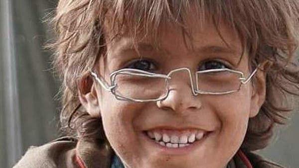 لوہے کہ تاروں سے بنائی ٹیڑھی میڑھی عینک نے یمنی بچے کی قسمت بدل ڈالی