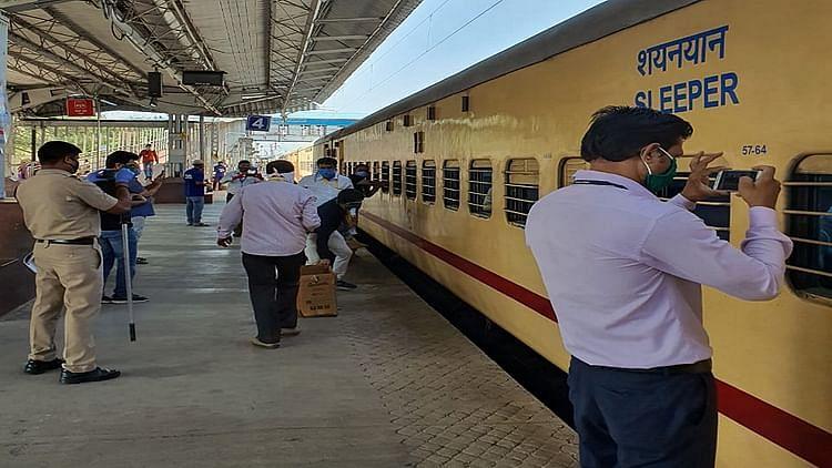 حکومت نے کہا اسیپشل ٹرین کا نہیں لگے گا کرایہ، راستے میں مزدوروں سے ہوئی وصولی