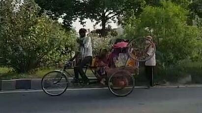 بیوی-بچہ کو ٹھیلے پر لاد کر بہار پہنچا مہاجر مزدور، کہا 'اب کبھی دہلی نہیں جاؤں گا'