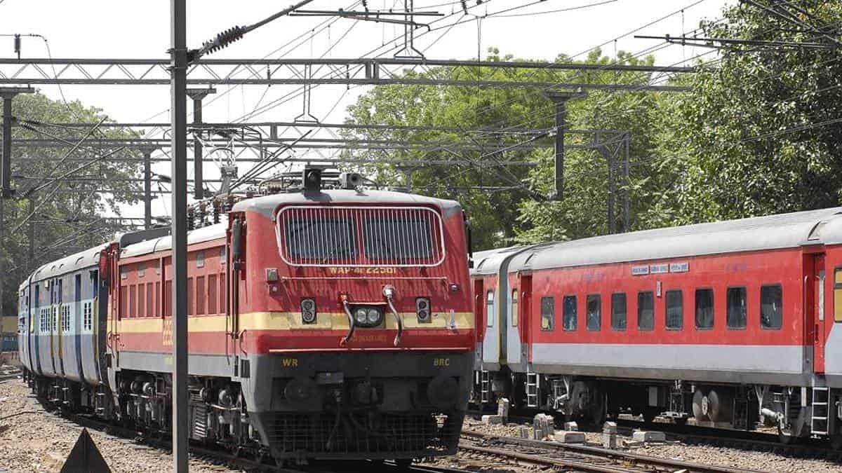 کورونا نے ریلوے کو دیا زبردست جھٹکا، کمائی میں 58 فیصد گراوٹ، ملازمین پریشان