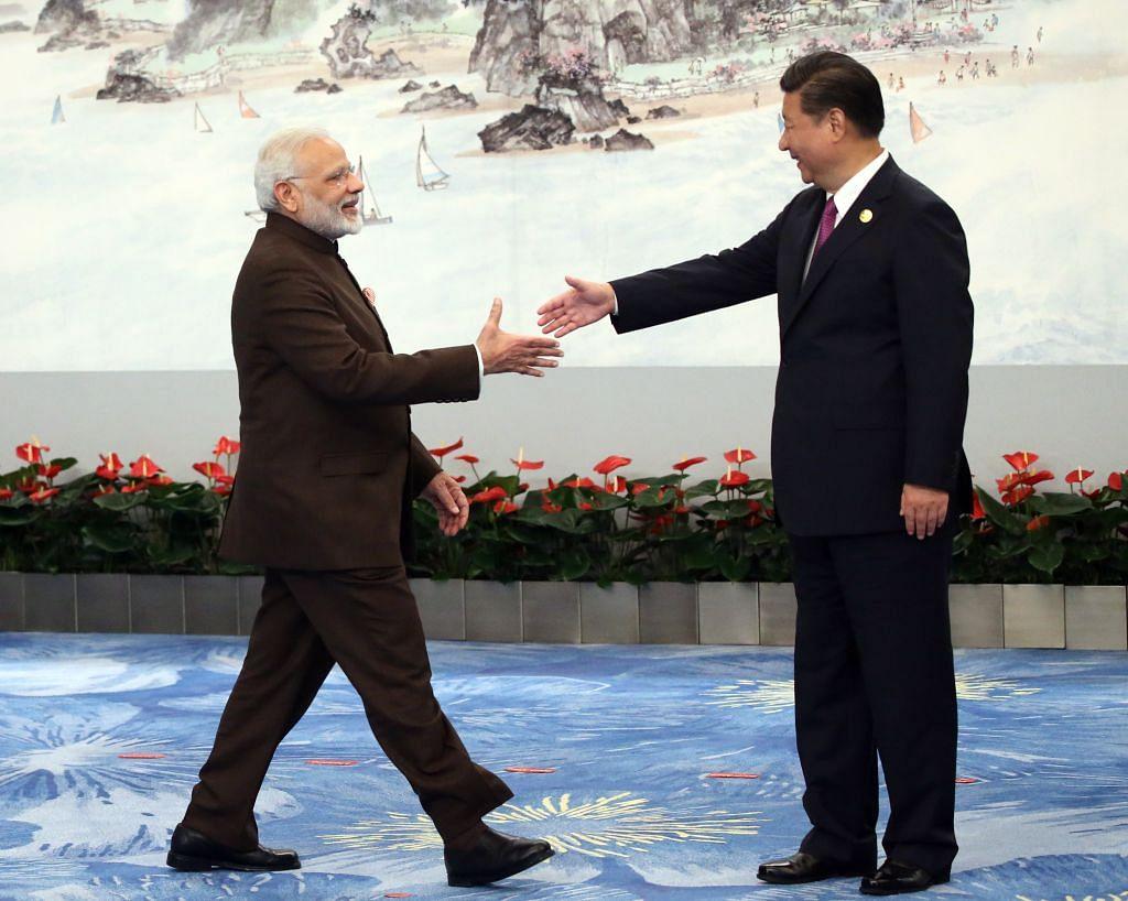 وزیر اعظم نریندر مودی چین میں عشایہ سے پہلے چینی صدر شی جن پنگ سے ہاتھ ملاتے ہوئے (4 ستمبر 2017)