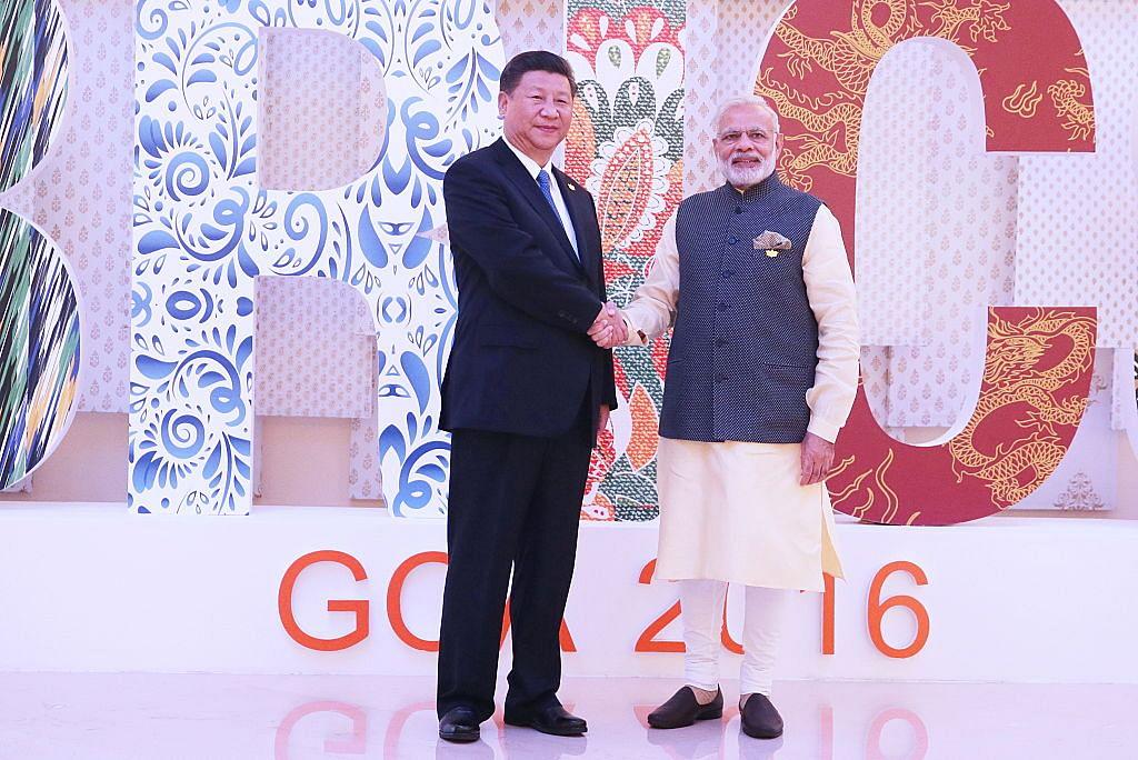 ہندوستان کے گووا میں منعقد برکس کی استقبالیہ تقریب میں وزیر اعظم نریندر مودی چینی صدر شی جن پنگ کے ساتھ ہاتھ ملاتے ہوئے (16 اکتوبر  2016)