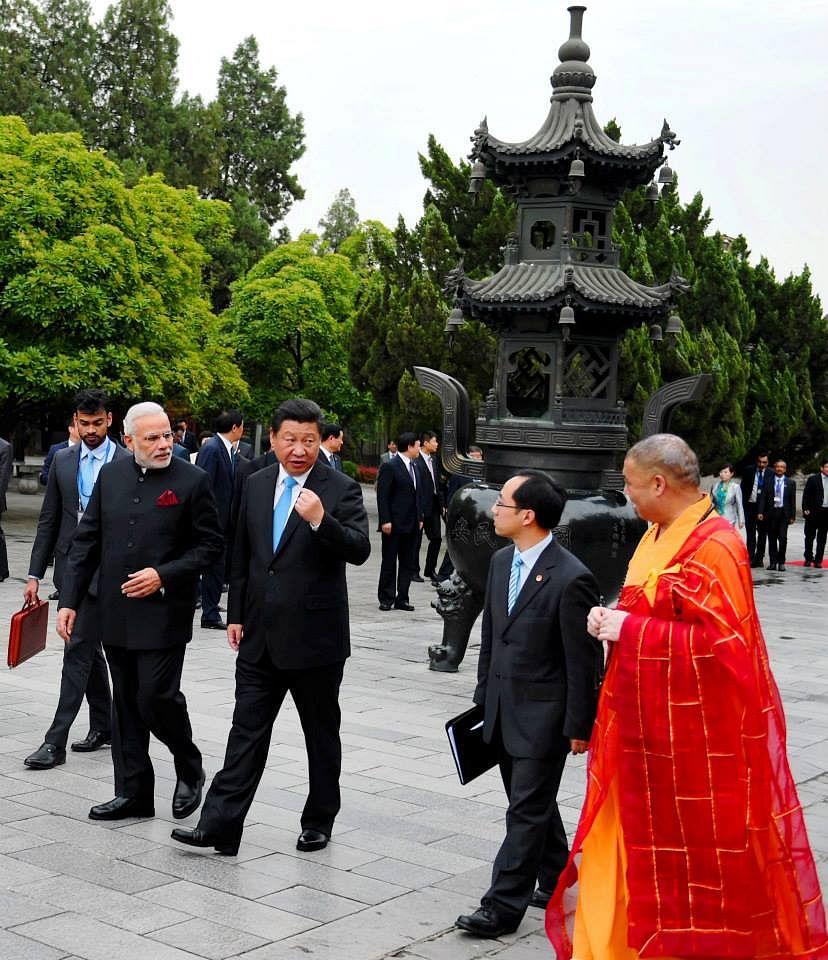 چین کے بگ وائلڈگوز پگوڈا میں چینی صدر شی جن پنگ اور وزیر اعظم نریندر  مودی(14 مئی 2015)