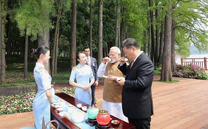 پی ایم نریندر مودی اور چینی صدر شی جن پنگ نے ووہان میں جھیل کنارے چائے کی چسکی لی (28 اپریل 2018)
