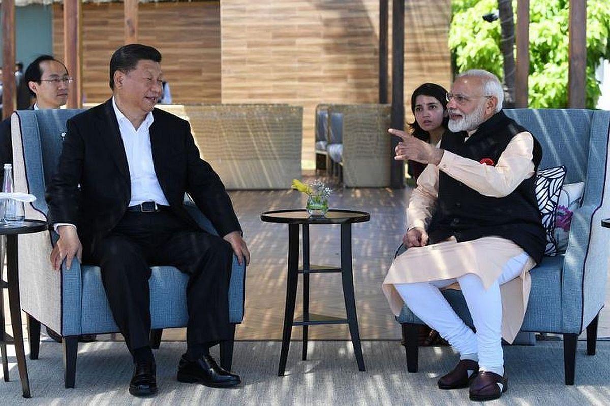 تمل ناڈو کے ممالاپورم میں تاج فشرمین کوو ریسورٹ اور اسپا بیچ ریسورٹ  پر وزیر اعظم نریندر مودی چینی صدر شی جن پنگ کے ساتھ (12 اکتوبر  2019)
