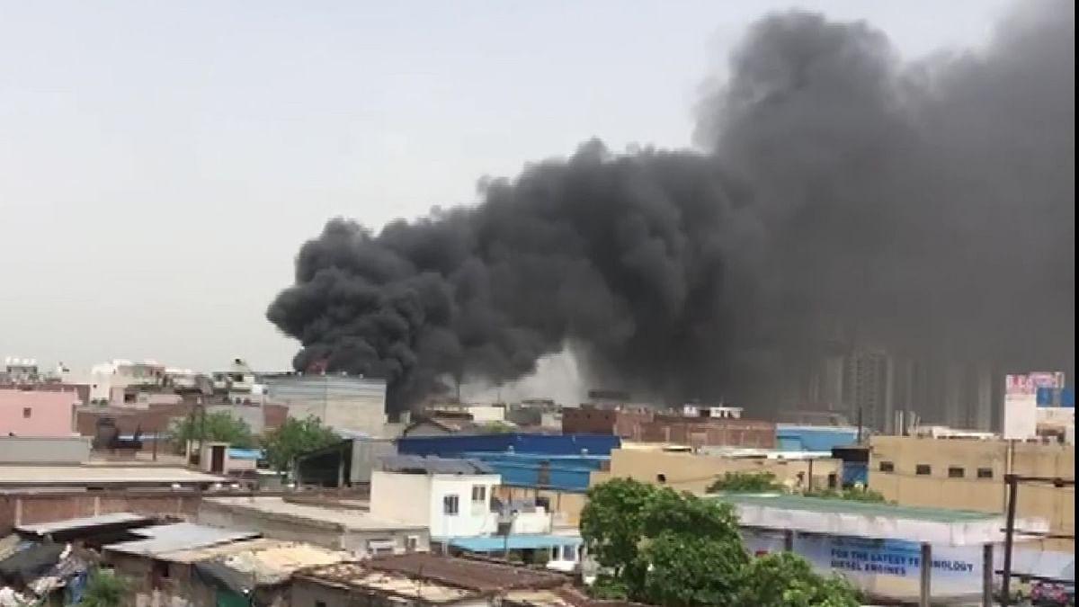 اہم خبریں: غازی آباد میں کیمیکل فیکٹری میں لگی آگ، فائر بریگیڈ کی گاڑیاں آگ بجھانے میں مشغول