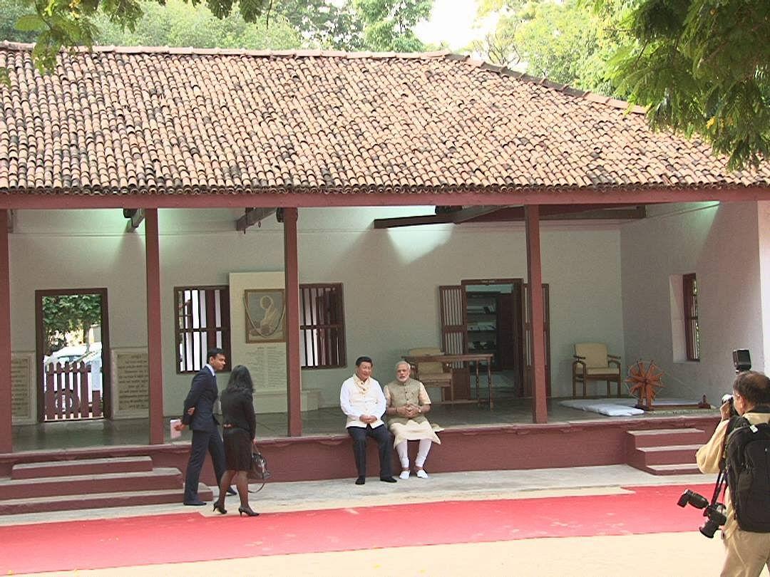 احمد آباد میں واقع سابرمتی آشرم میں چینی صدر شی جن پنگ  اور وزیر اعظم نریندر مودی (17 ستمبر 2014)