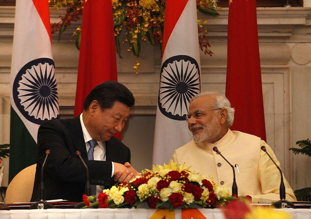 نئی دہلی میں واقع حیدرآباد ہاؤس میں معاہدہ پر دستخط کی تقریب  کے موقع پر وزیر اعظم نریندر مودی چینی صدر شی جن پنگ سے ہاتھ ملاتے ہوئے۔ (18 ستمبر 2014)
