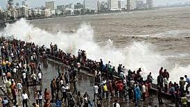 ممبئی: مرین ڈرائیو پر نظر آ رہیں خطرناک لہریں، سمندر کنارے جانے پر لگی روک