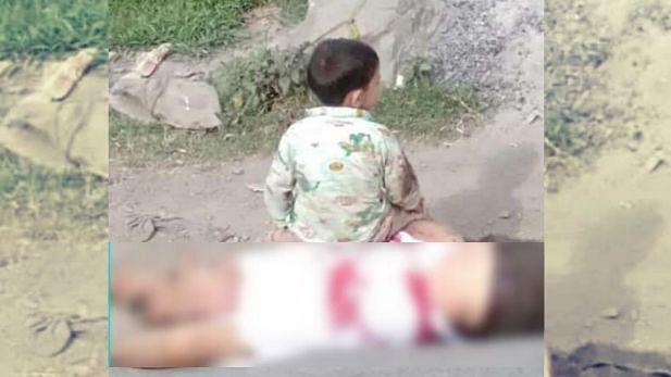 کشمیر: نانا کی لاش پر بیٹھے تین سالہ بچے کی تصاویر سے ہر شخص حواس باختہ