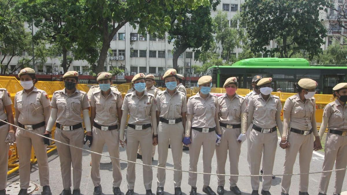 ماسک پہن کر ڈیوٹی کرنے کے لئے تیار دہلی پولیس کی خاتون اہلکار / تصویر قومی آواز / وپن